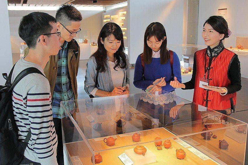 擁有古典美的師大藝研所朱佑霖(右)正在與民眾分享紫砂壺的故事。 陶博館/提供
