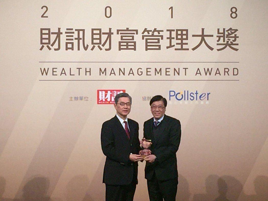 凱基證券勇奪財富管理大獎,由副總經理高永昇(右)代表領獎. 凱基證券/提供