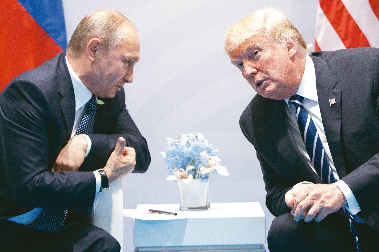 川普(右)不顧國安顧問警告祝賀普亭(左)連任挨批。圖為雙方在去年7月德國G20峰...
