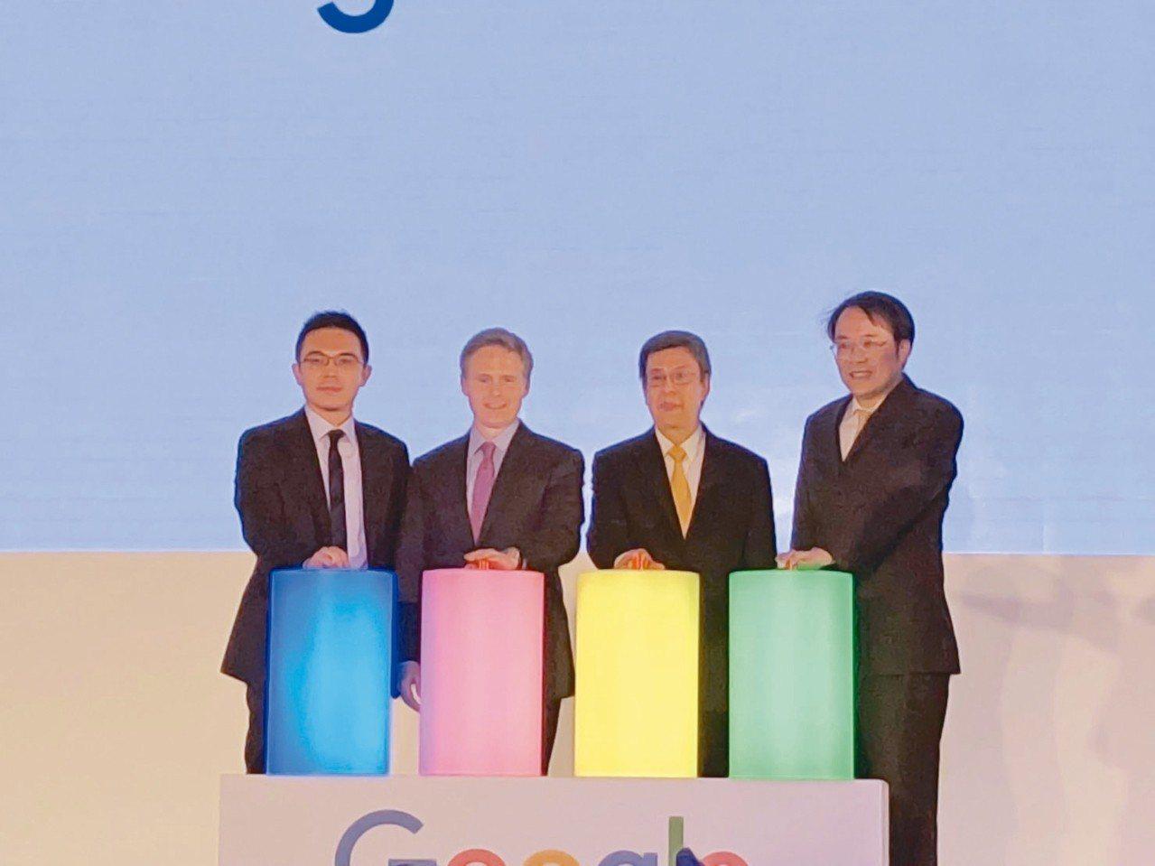 由左至右為Google台灣總經理陳俊廷、Google亞太區行銷副總裁Simon ...