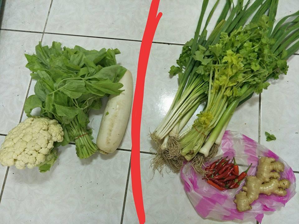 網友稱買了菜頭、莧菜、白花菜三樣菜要420,右邊那一堆都是阿婆「送的」。圖擷自...