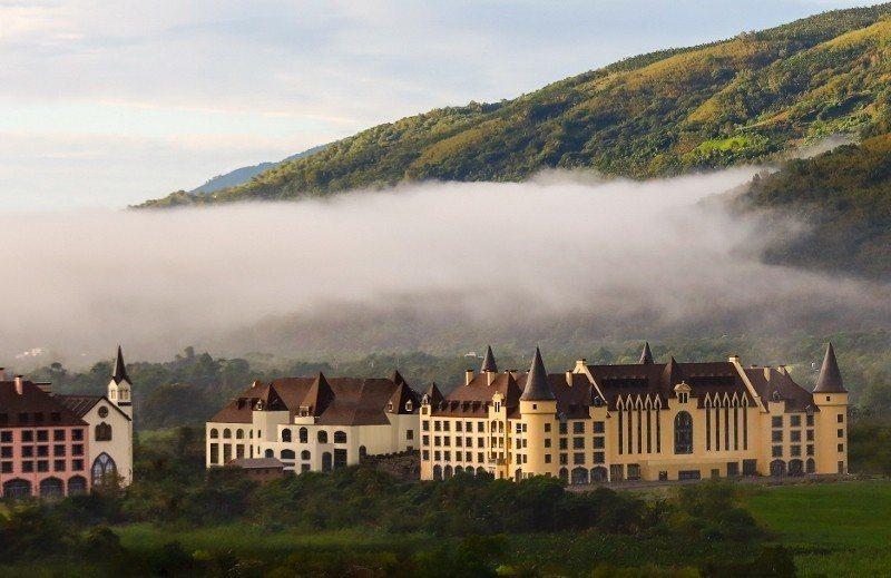 山嵐下的瑞穗春天國際觀光酒店,如世外桃源,預計7月開幕。 天成/提供