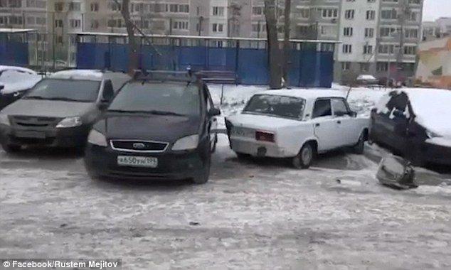 俄羅斯一名男子在停車場要停車,因有車輛停斜的,擋住他的車格,他便拿出電鋸,鋸下鄰...