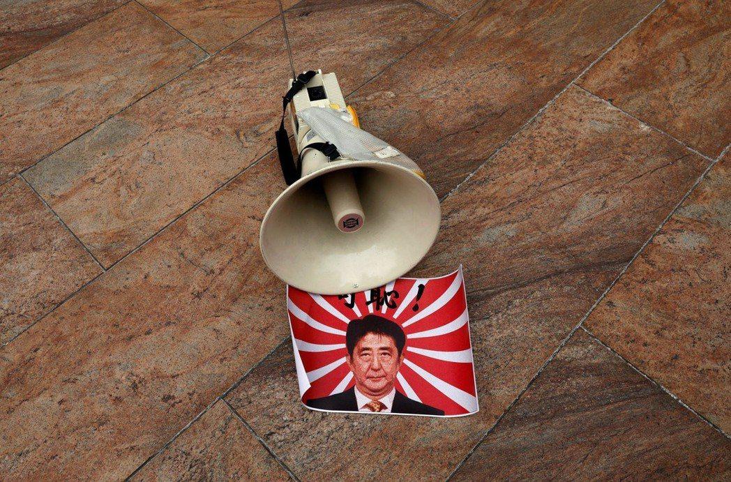 安倍內閣支持率創新低,今年九月的黨主席選舉,安倍又是否能壓住黨內反對派,順利連任...