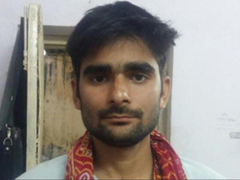 印度40歲的男子拉溫德,遭同事拿空氣噴槍肛門灌氣,體內器官損毀,嚴重出血身亡。圖...