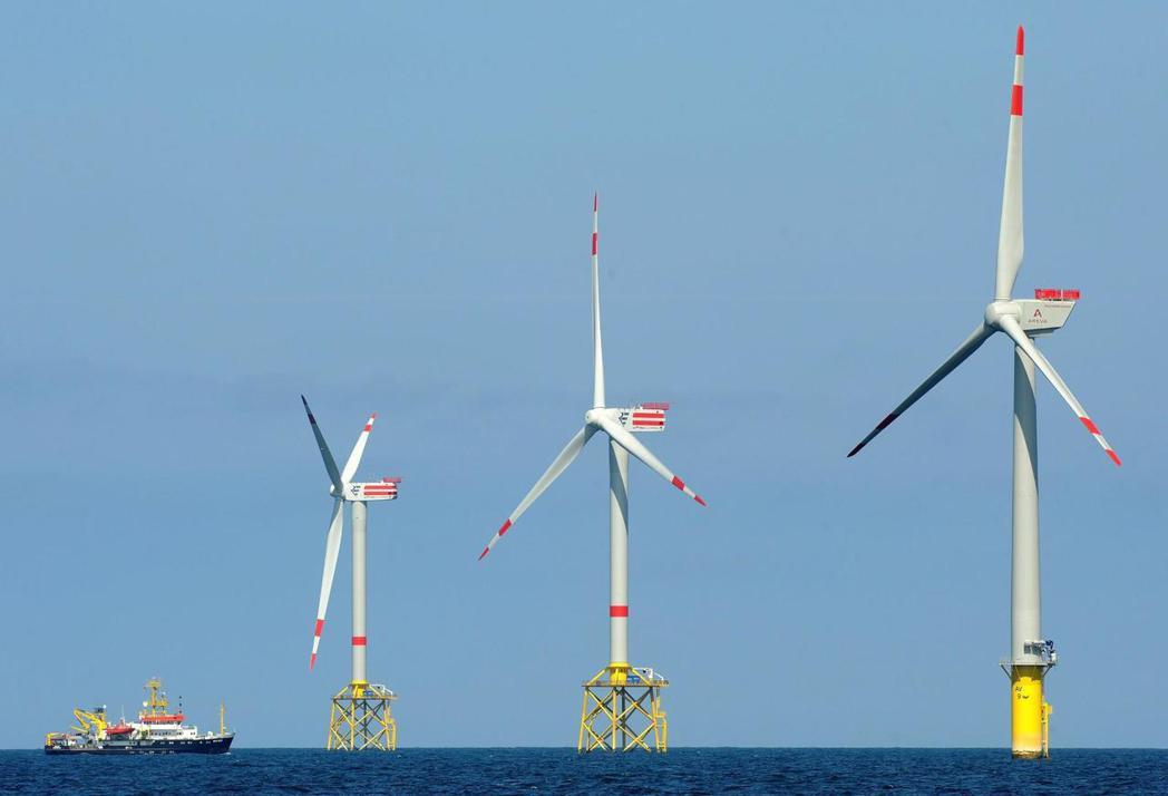 由於受限於陸地的立地限制,陸地上的風車已飽和,於是建設重點移至海上風力發電所。圖...