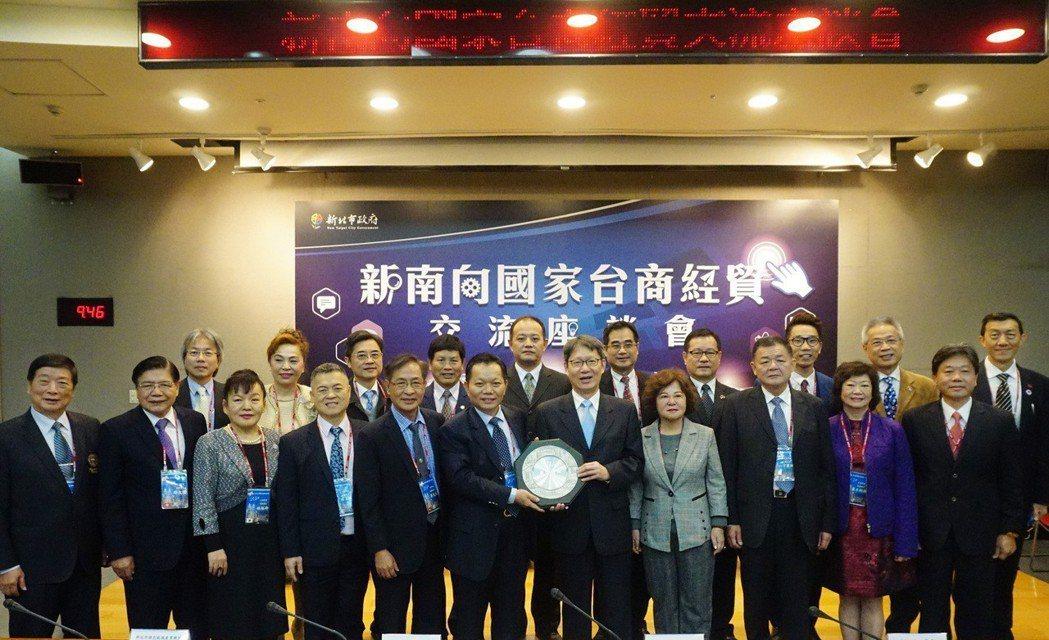 新北市副市長葉惠青(中右)與亞洲台灣商會聯合總會成員合影。 新北市經發局/提供。