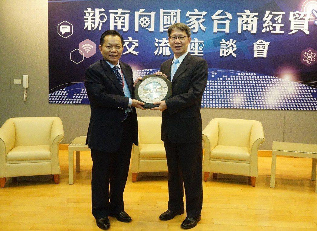 新北市副市長葉惠青(右)與亞洲台灣商會聯合總會長江文洲(左)互相致贈禮品。 新北...