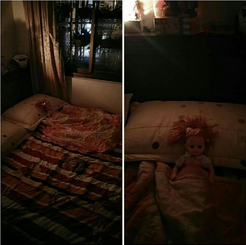 爸爸加班回家在灰暗的房間內,洋娃娃就躺在爸爸床旁,張著一雙大眼「等待爸爸歸來」,...