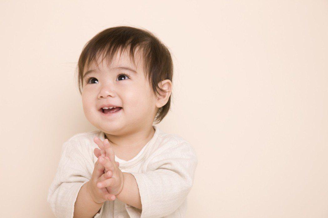 示意圖,非本文所提被捏臉寶寶。帶寶寶出門,常會遇到有人會不經過父母同意就觸碰寶寶...