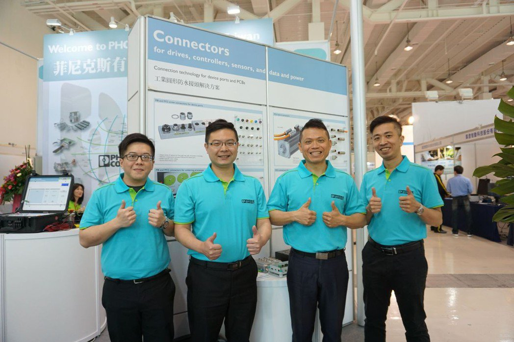 菲尼克斯產品專員蘇文正(左二)、林韋儀(右)等工程師在會場共同為業者提供優質自動...