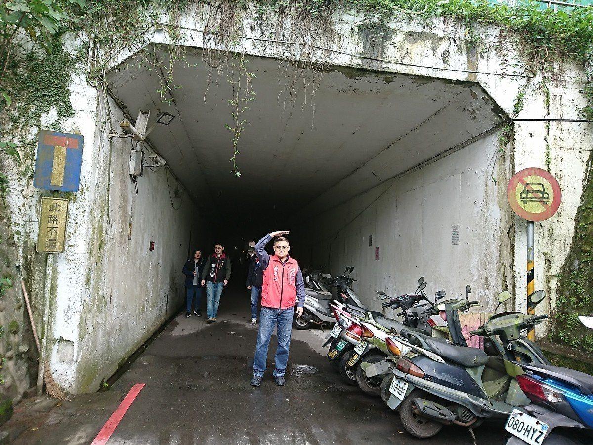 汐止招商街涵洞口漏水情況越來越嚴重,儘管天氣放晴,但是漏水就像下小雨一樣,民眾經...