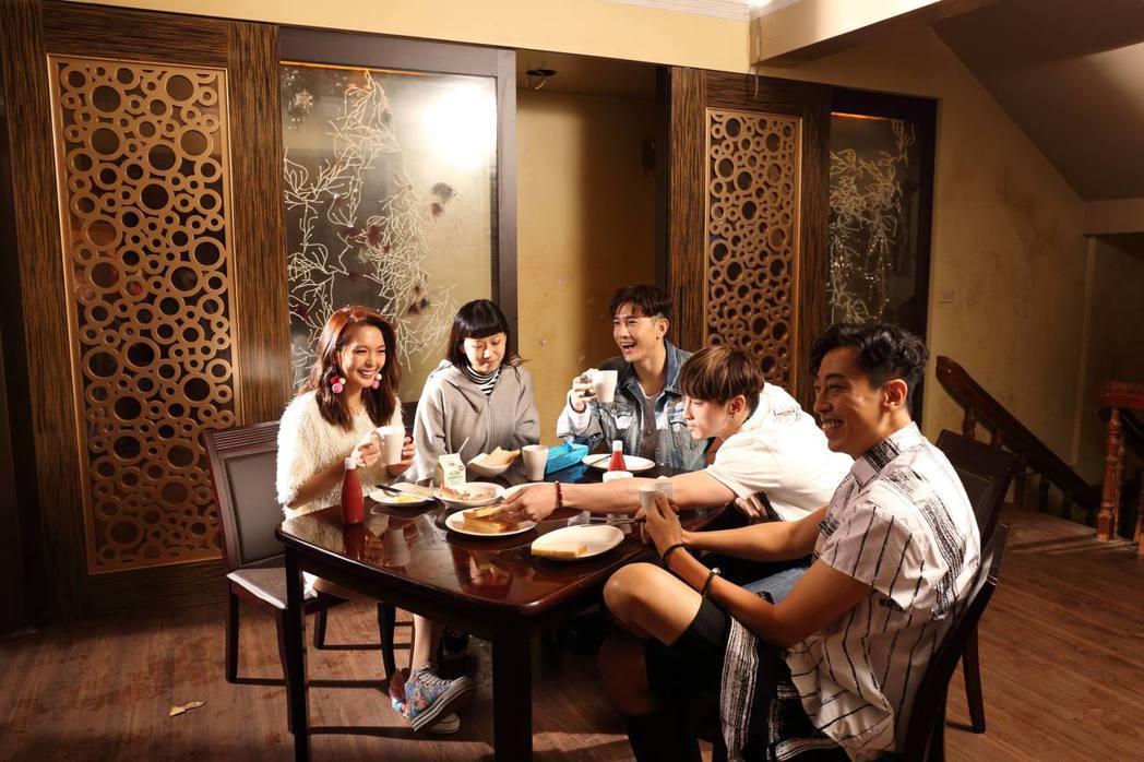 馬念先(右起)、章廣辰、張立昂、方志友、黃沐妍(小豬)拍「噬膽72」。圖/緯來電...