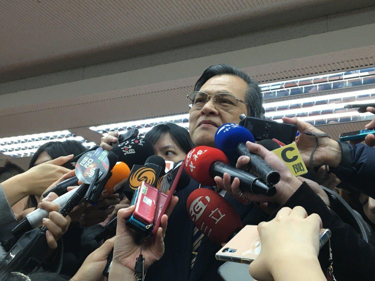 陸委會主委陳明通今天到立法院內政委員會備詢,會前接受媒體提問。記者周佑政/攝影