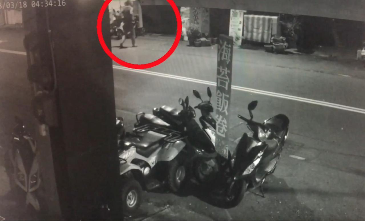 張姓男子騎單車,鎖定飲料攤沒有人,將單車放在附近,再走路到飲料攤行竊。記者劉星君...