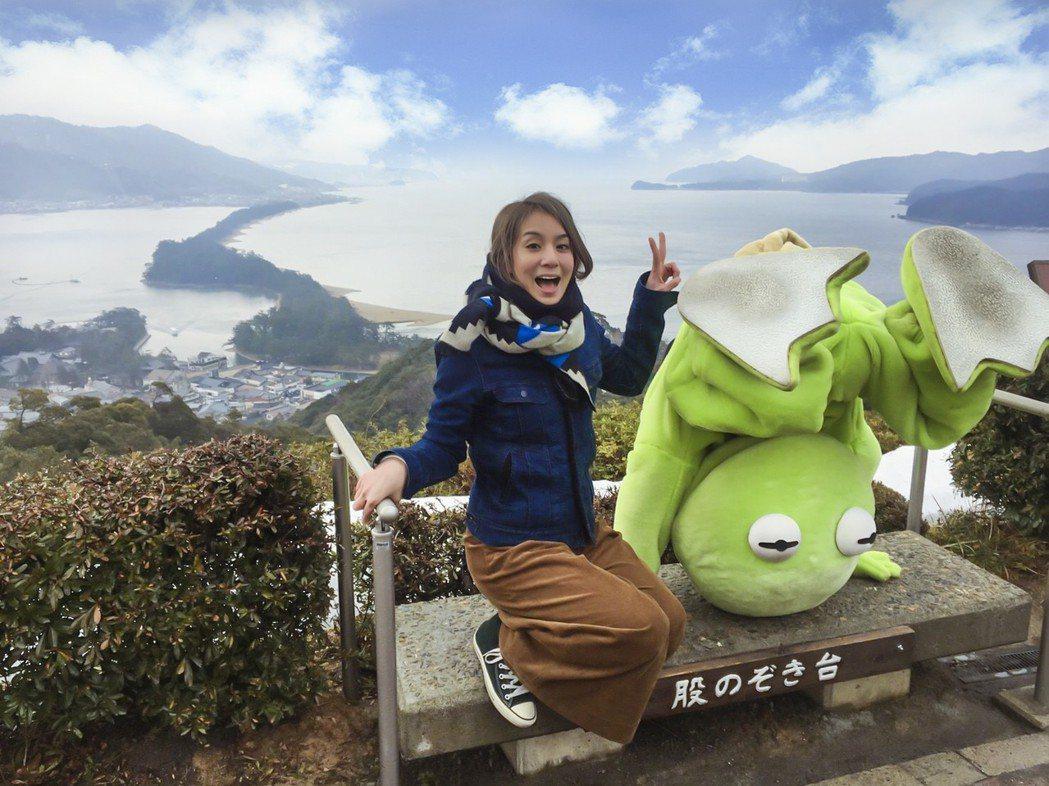 納豆展現青蛙倒栽蔥的功力,從跨下看美景,與莎莎拍下同樣的火紅照片,還吸引遊客搶著...