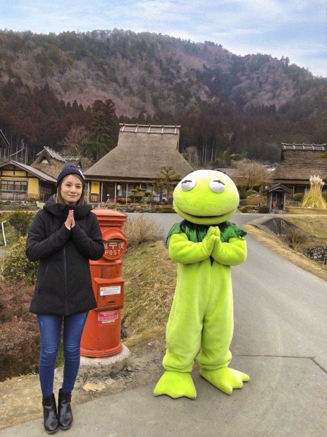 莎莎和納豆扮的旅蛙。圖/TVBS提供