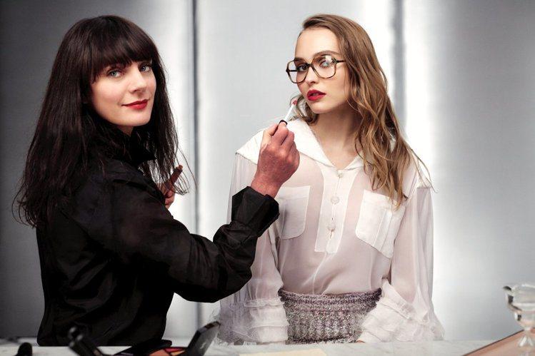 露西婭皮卡(左)為莉莉蘿絲戴普打造女作家妝容。圖/香奈兒提供