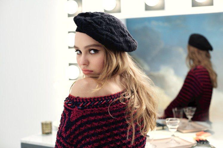 莉莉蘿絲戴普充滿魅惑的女間諜妝。圖/香奈兒提供