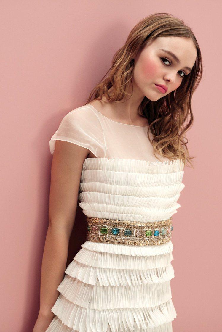 莉莉蘿絲戴普表現青春女孩氣息的妝容。圖/香奈兒提供