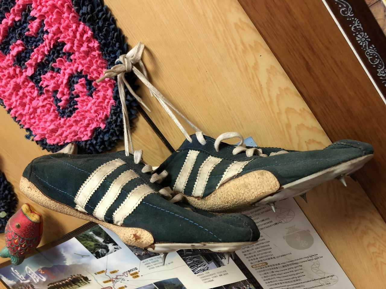 張克定送給曾財華的釘鞋。圖/取自神準國際行銷臉書。