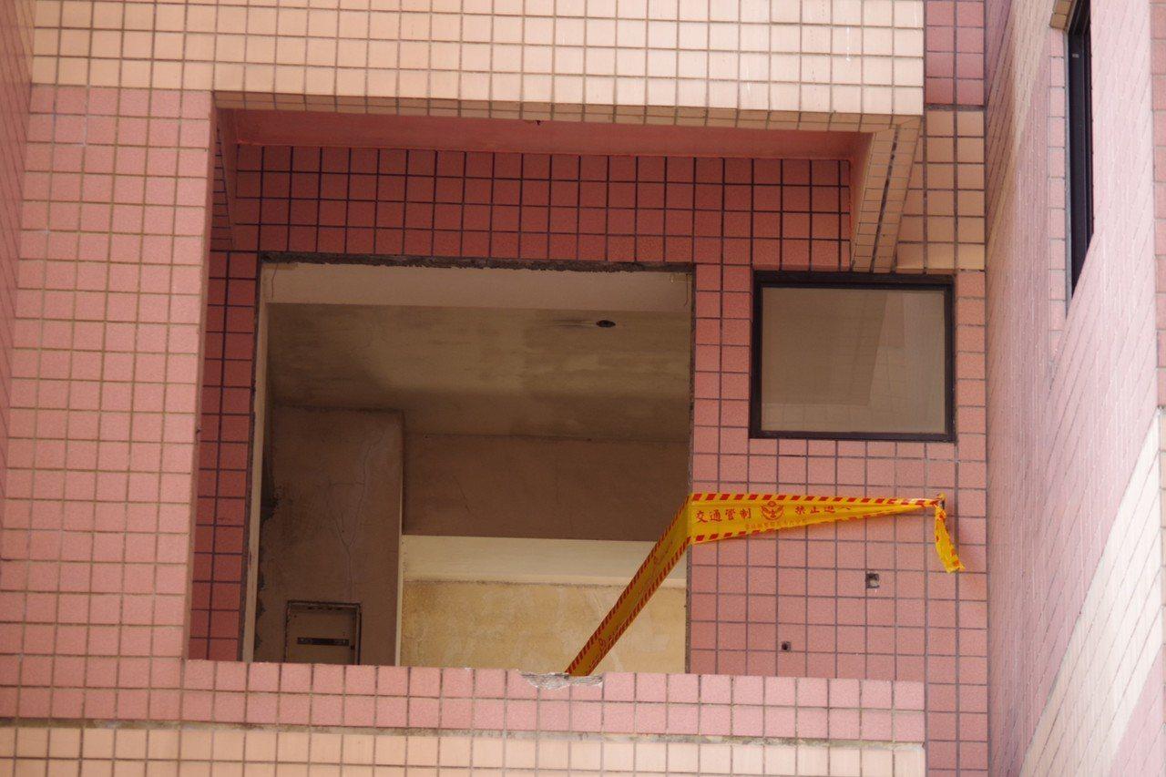 雲林縣斗六市祥瑞大樓近日在進行拆除作業,昨天工人在3樓處發現一具白骨,立即通報警...