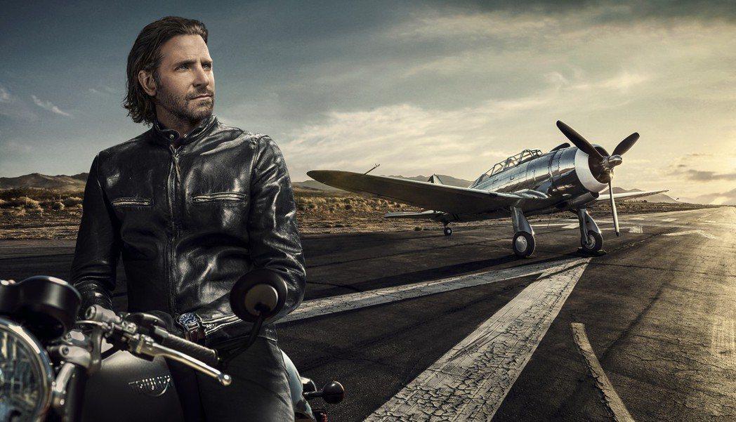布萊德利庫柏擔任IWC品牌大使的形象照配戴大型飛行員腕表「小王子」特別版。圖/萬...