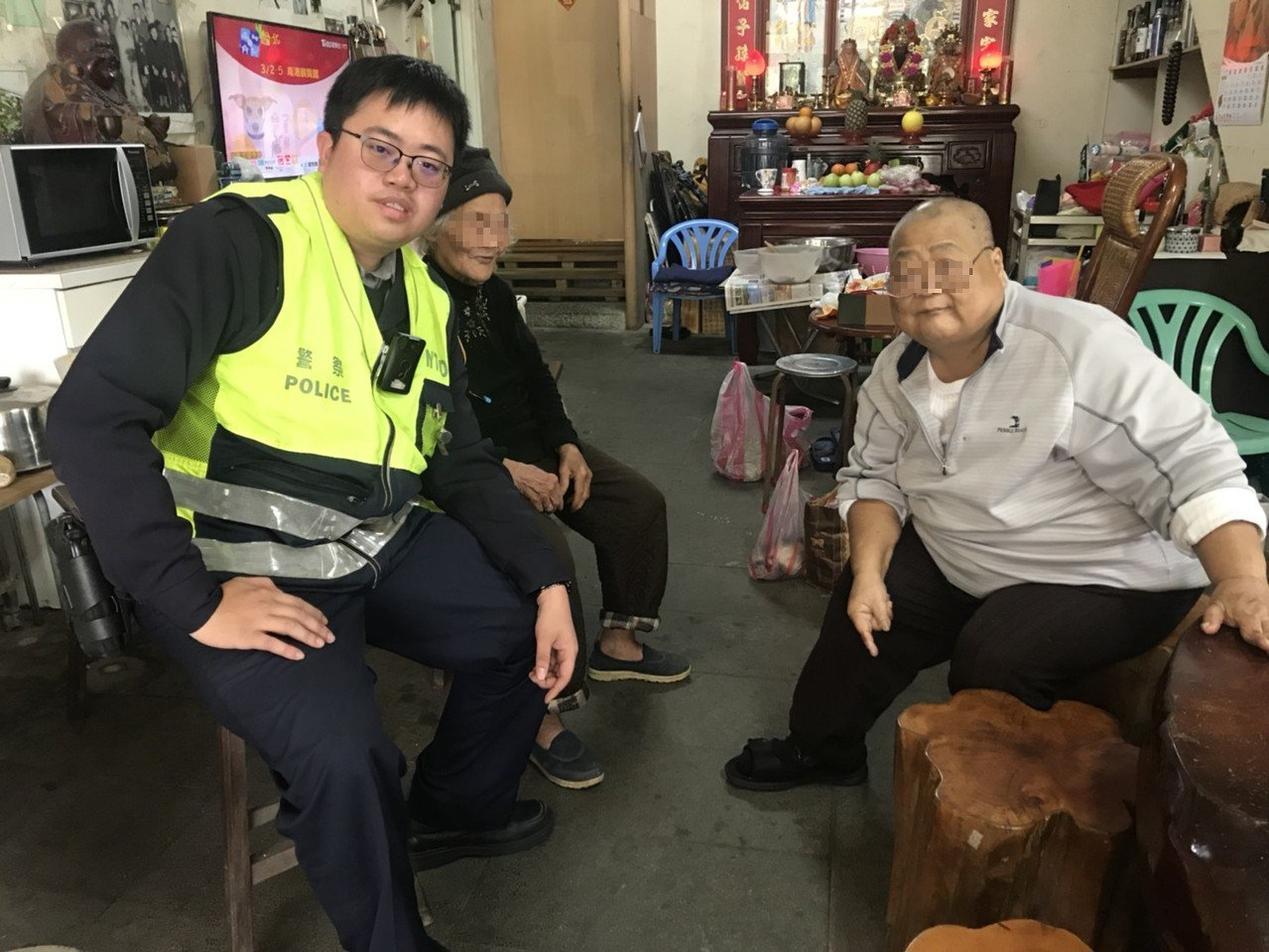 警方助迷失老婦人(中)返家。記者江孟謙/翻攝