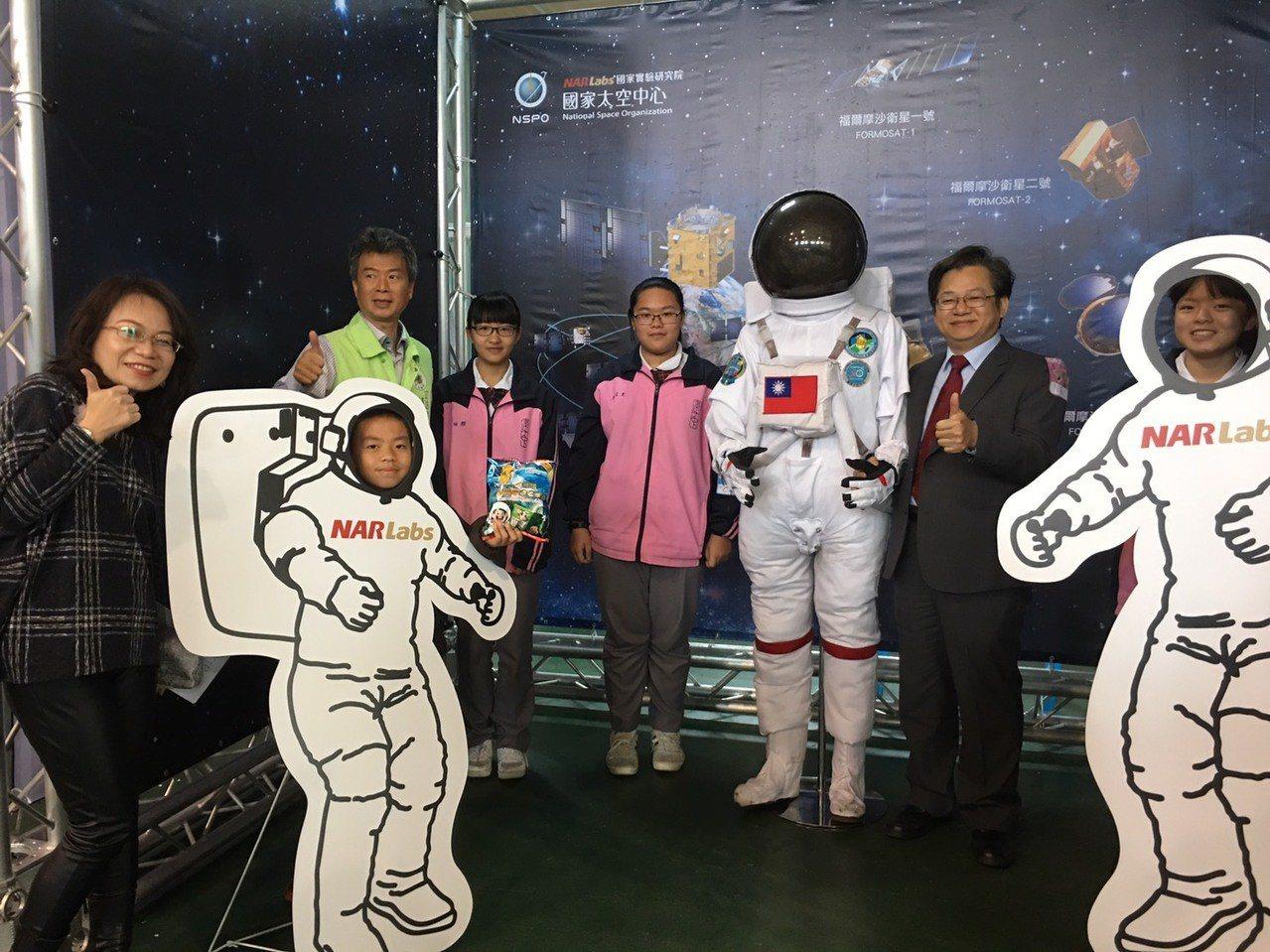 由雲林縣政府與國家實驗研究院太空中心共同主辦的雲林縣中小學太空科學教育月,今天在...