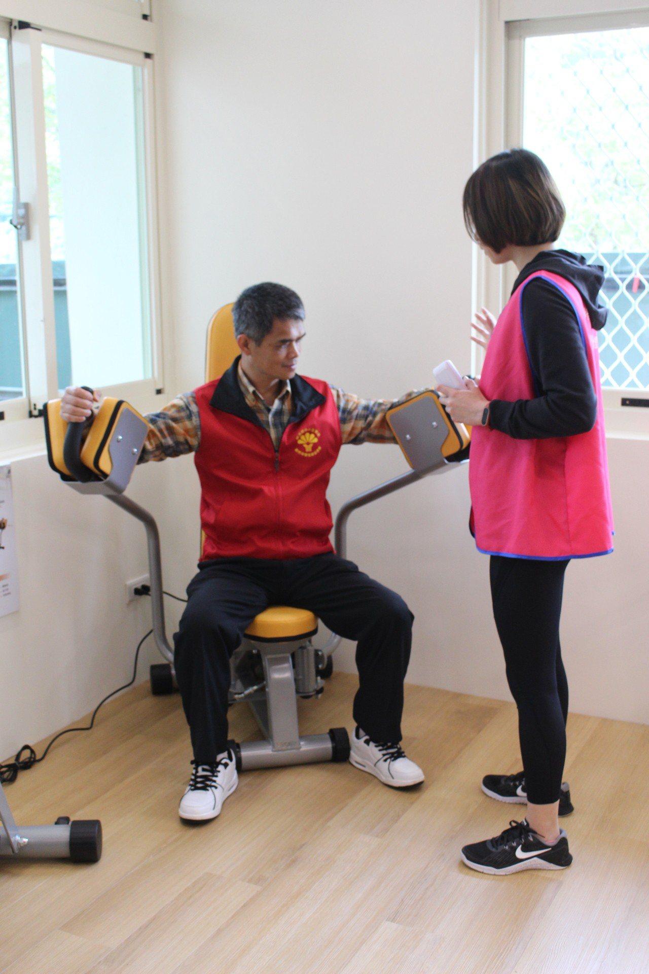 智慧精準運動健康產學研發中心(AIPEX中心),關注對象為中高齡亞健康者、或術後...