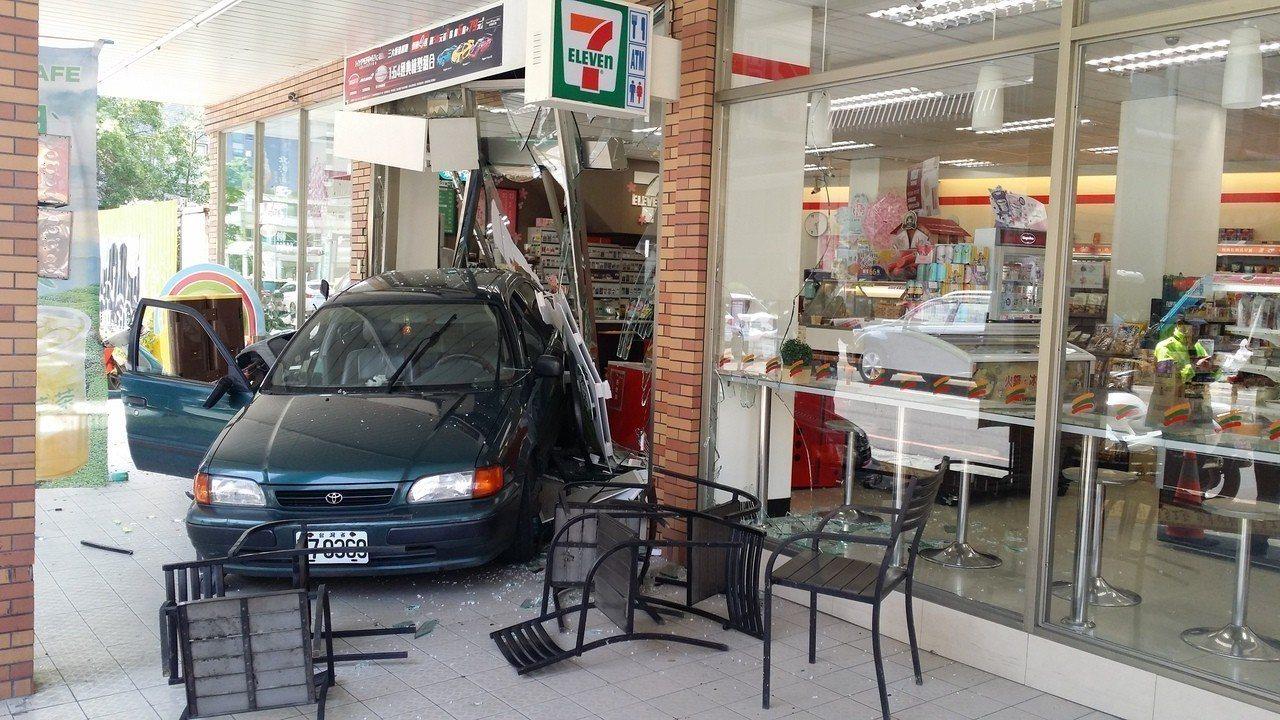 台中市今中午發生轎車倒車衝進超商,3人受傷。記者游振昇/攝影