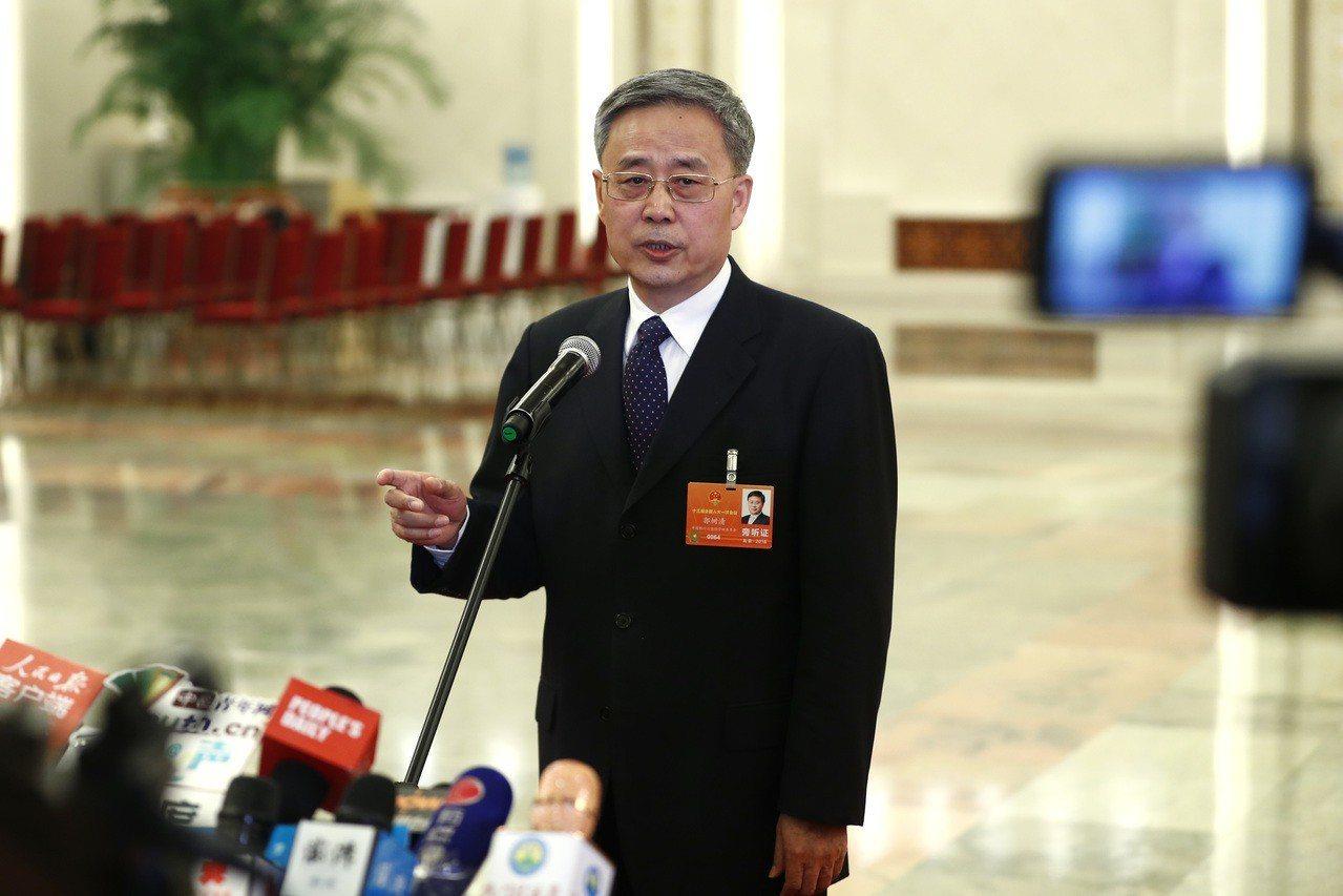圖為郭樹清在「兩會」的部長通道接受媒體採訪。中新社