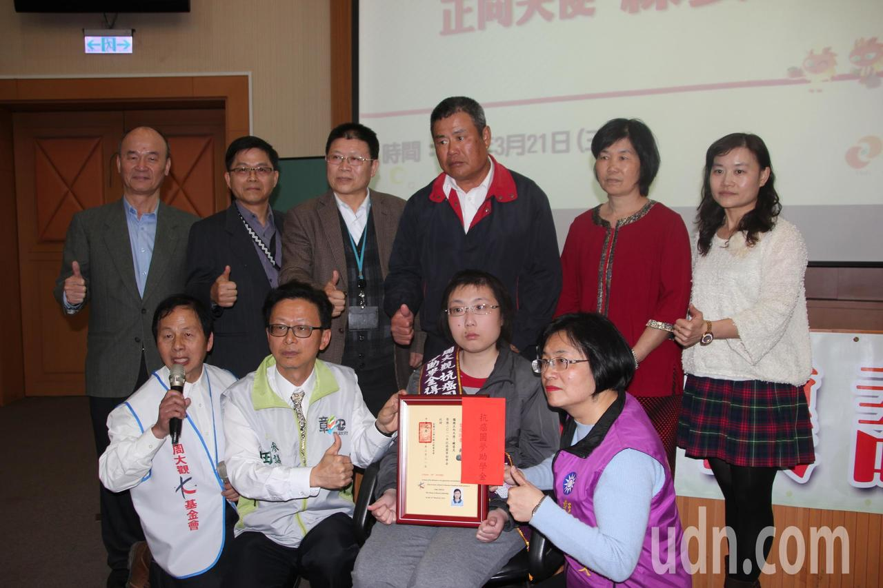 中州科技大學觀光系二年級學生練姿足(前右二)10歲時被診斷出罹患神經細胞性腦癌,...