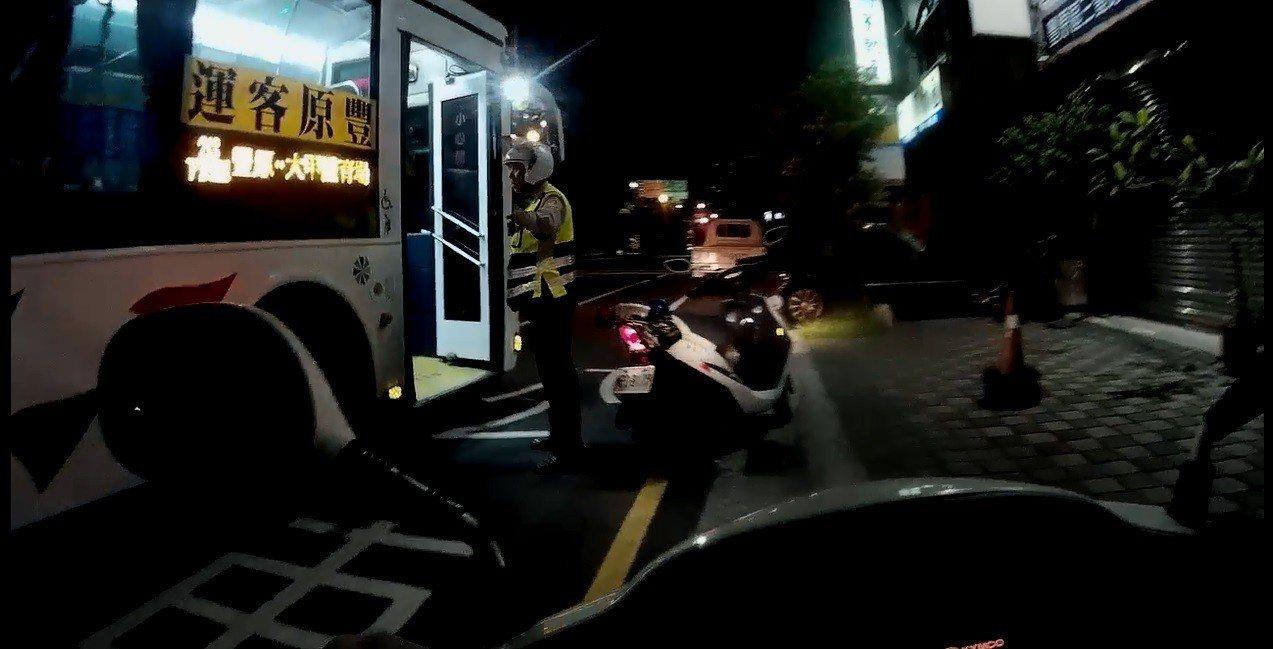 警方騎機車沿路追攔公車,最後順利攔下公車逮人。記者余采瀅/翻攝