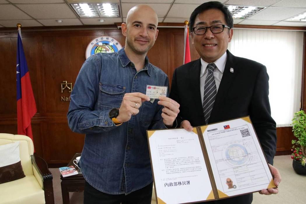 吳鳳(左)來台12年,今日獲移民署頒發中華民國定居證及台北市民政局所核發的中華民