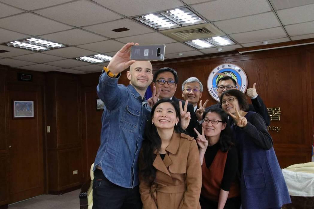 吳鳳(左一)開心地與移民署長楊家駿及協助他的移民署同仁們一起玩自拍分享喜悅。記者...