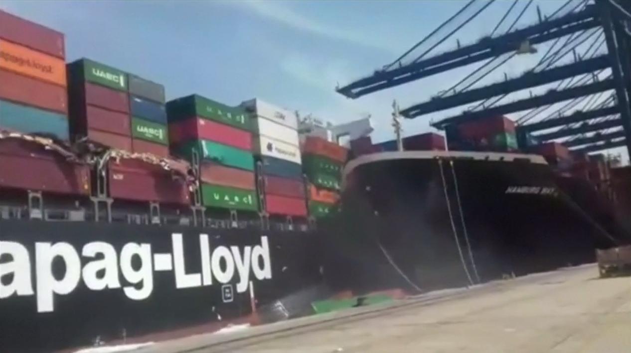 貨櫃船「托爾滕」(左)與「漢堡灣」(右)在巴基斯坦喀拉蚩港的碼頭邊擦撞瞬間,「托...
