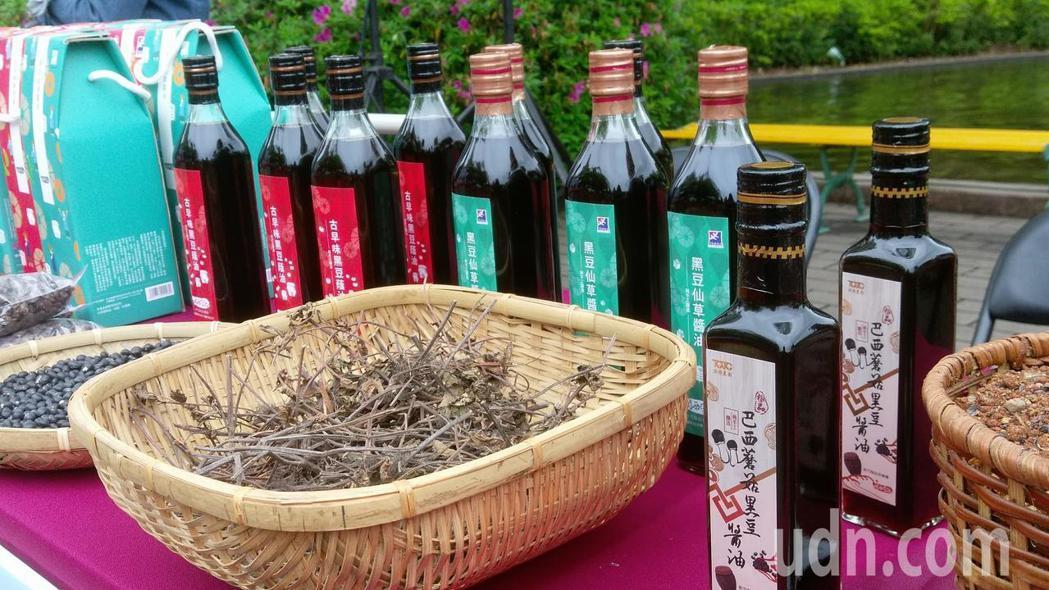 竹縣的仙草醬油農特產。記者郭宣彣/攝影