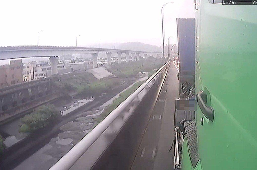 曳引聯結車被惡意逼車,緊急煞車避到路肩差點翻車,4層樓高的高架橋下方是河谷。 記...