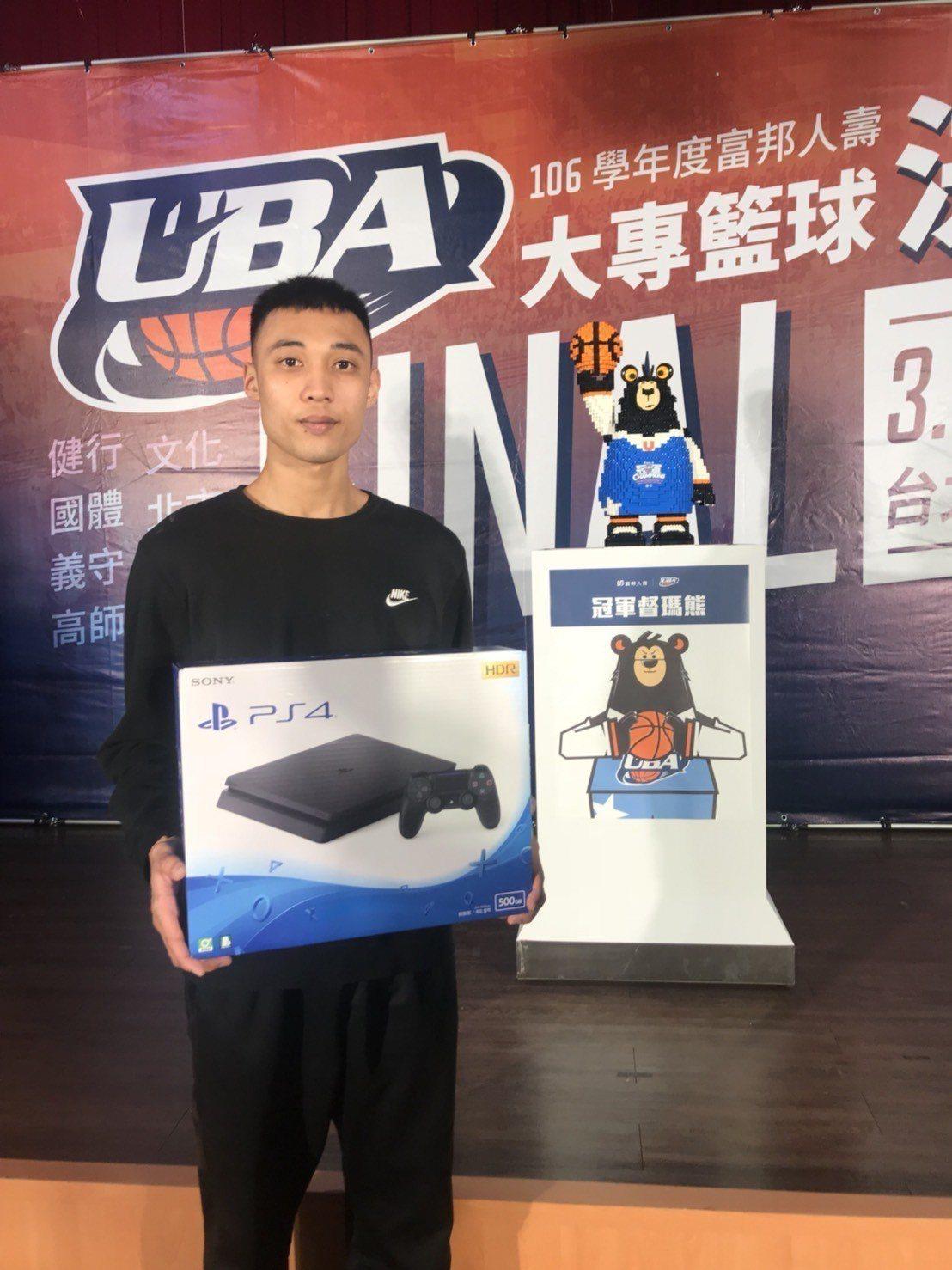 義守大學潘祥偉在記者會上抽到最大獎PS4遊戲主機。記者劉肇育/攝影