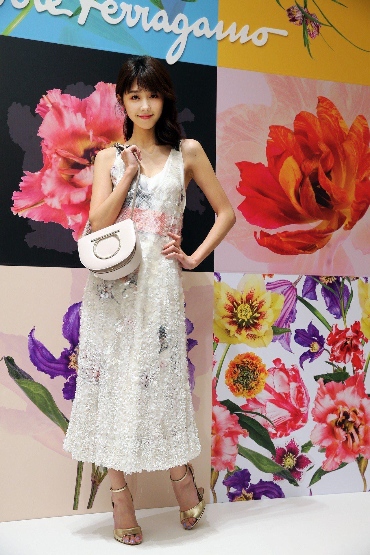邵雨薇穿白色亮片洋裝29萬3,000元,橘色牛皮寬腰帶20,900元,VELA白...