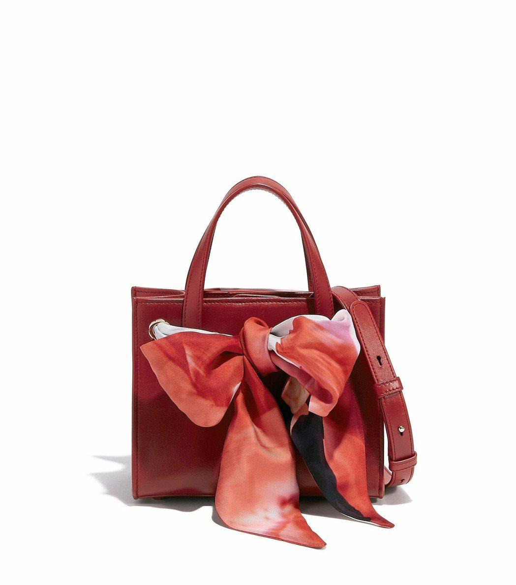 FOULARD紅色小牛皮肩背包,49,900元。圖/Ferragamo提供