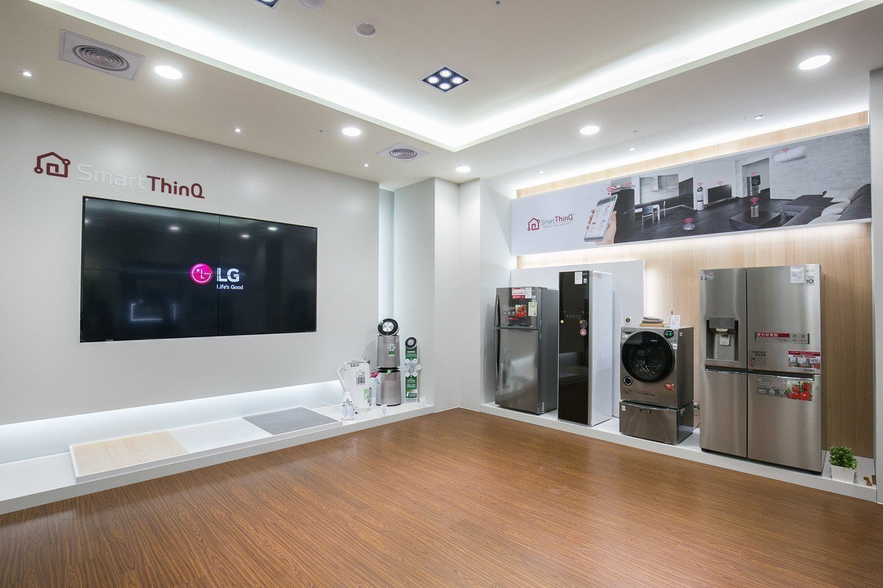 LG品牌旗艦店中特別設置「IoT智慧家電專區」,展示一系列支援IoT物聯網技術的...