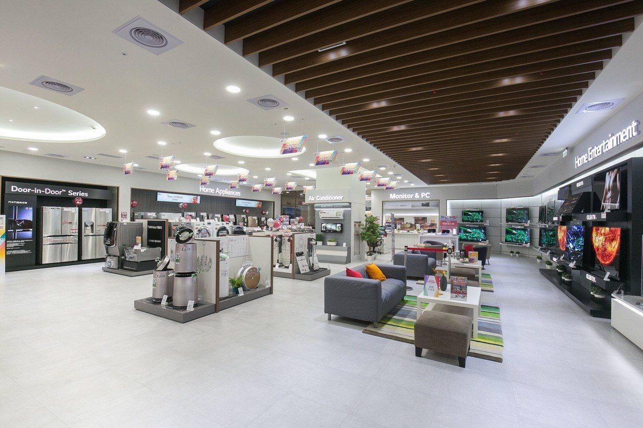LG品牌旗艦店占地一百五十坪、斥資千萬,打造比照韓國旗艦店的頂級規格陳列。圖/L...