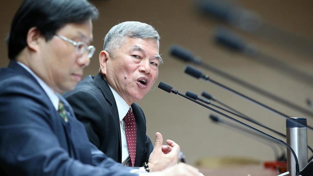經濟部長沈榮津(右)。 報系資料照