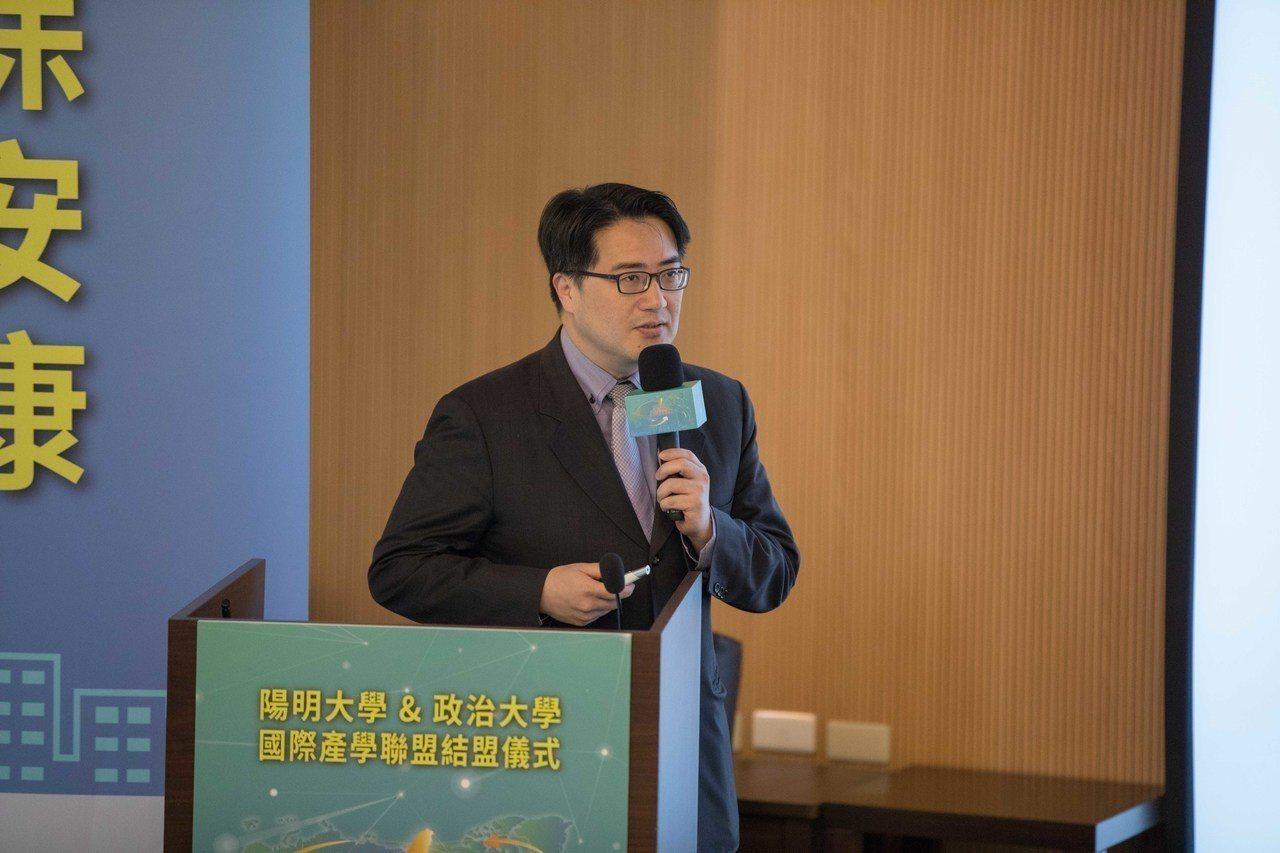 陽明大學高齡與健康研究中心主任陳亮恭說明醫療與AI人工智慧的結合。 圖/陽明大...