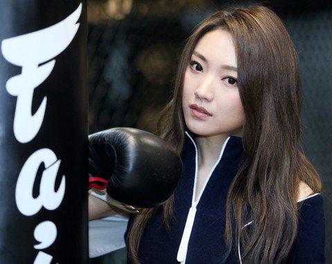 取了個「閻羅王」的綽號,又出身自比賽,閻奕格的性格刻劃在輸贏中,軟弱在她身上不准許被察覺,打拳擊健身更被認為符合她「超man」性格。在北京出生,3歲搬到新加坡,11歲遷去香港,18歲到美國念大學,家...