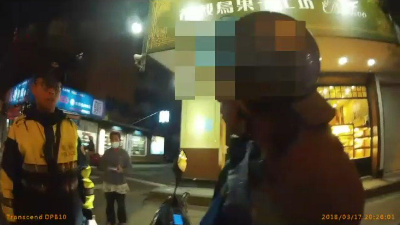 警方見張姓男子神色慌張,請他停車盤查,果然發現「袖裡藏毒」。記者謝育炘/翻攝
