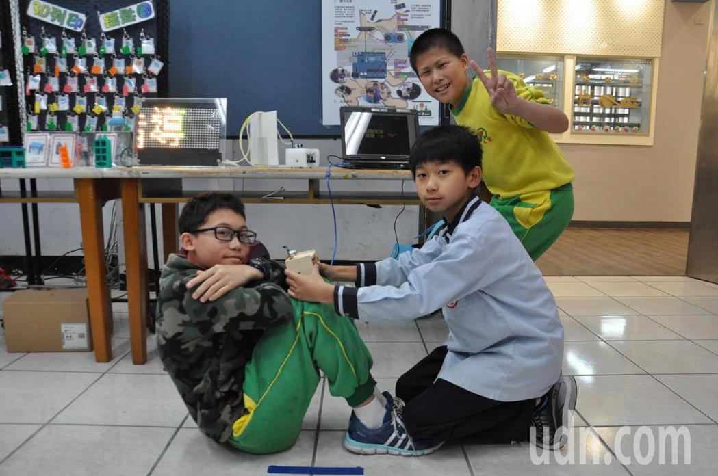大業國小六年級學生研發體適能智慧檢測系統,利用感測器可精準計算坐姿體前彎、立定跳...