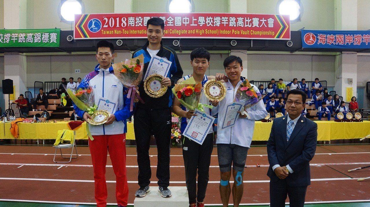 我國陳孝維(右1)和許德敬(右2)在國際撐竿跳高比賽海峽兩岸男子組並列第三。圖/...
